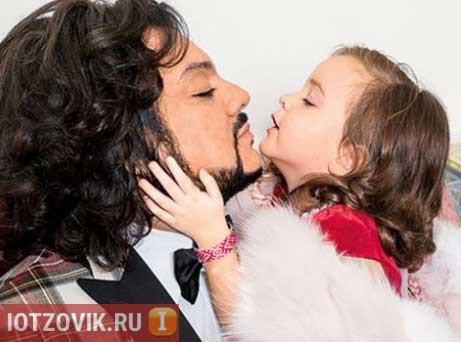 Дочь Киркорова носит браслет-оберег